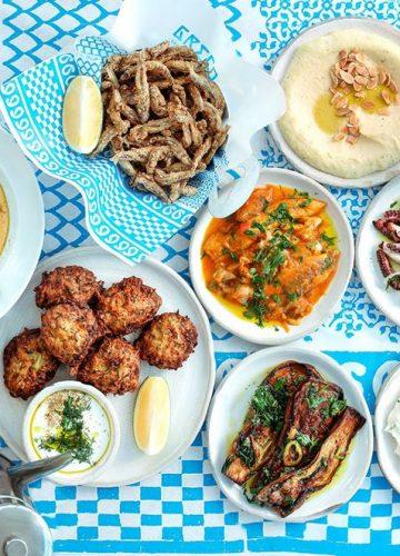 נפלאות המטבח היווני – השמש, הים הכחול, האוזו ביד והשלווה שמרוממת את הנפש